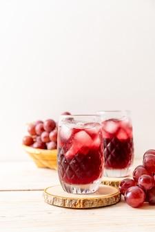 Suco de uva fresco em fundo de madeira