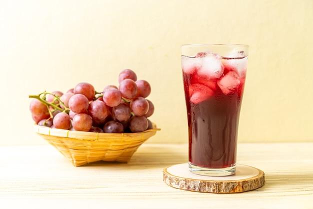 Suco de uva fresco na madeira