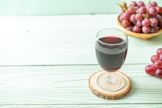 Suco de uva fresco na mesa de madeira