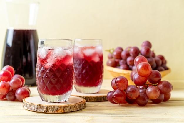 Suco de uva fresco na superfície da madeira