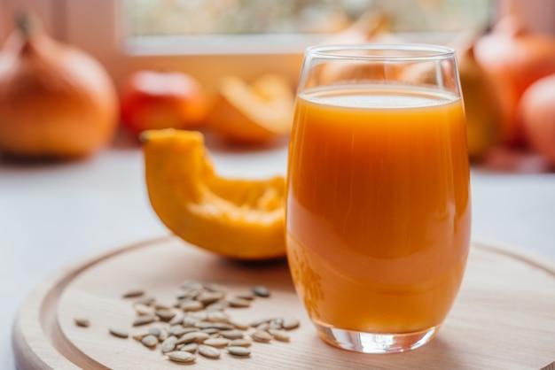 Suco de vegetais de outono feito de abóbora crua, sucos sazonais de outono ricos em vitaminas e antioxidantes