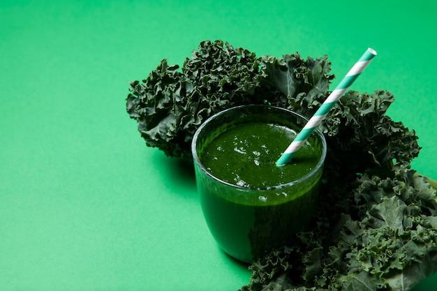 Suco de vegetais verdes ou smoothie de couve