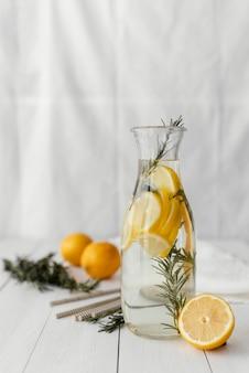 Suco delicioso com rodelas de limão