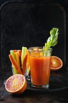 Suco e cenoura colorida