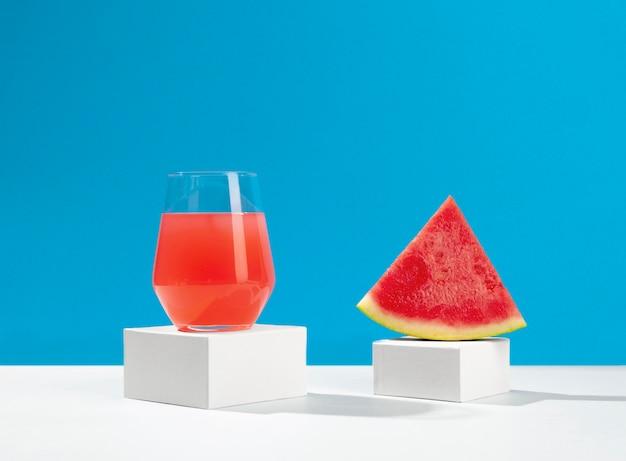 Suco e fatia de melancia delicioso