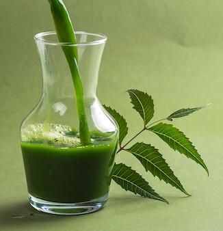 Suco e folhas medicinais de neem