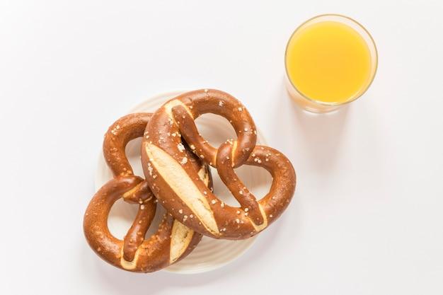 Suco e pretzel