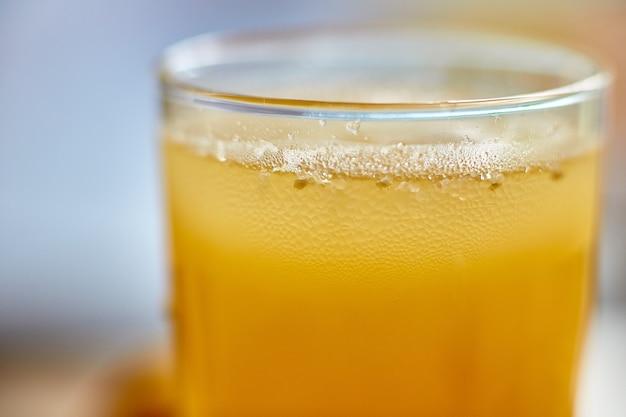 Suco espremido na hora em um copo com close-up de gelo