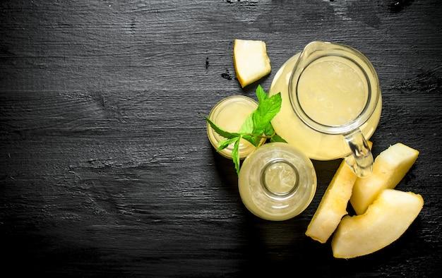 Suco fresco de melão com ramos de hortelã fresca