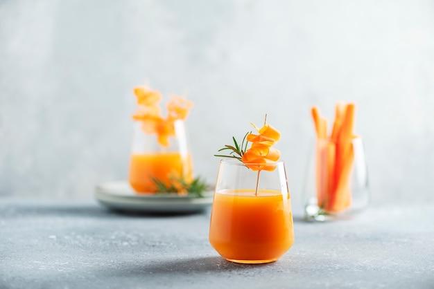 Suco fresco saudável com cenoura