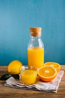 Suco natural fresco de laranja e limão