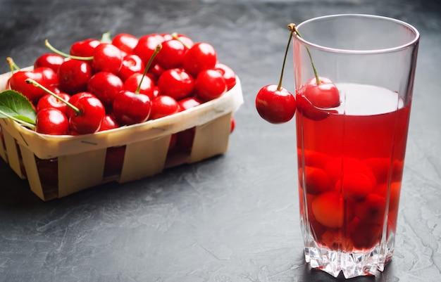 Suco ou compota com cerejas