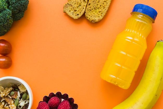 Suco perto de comida saudável