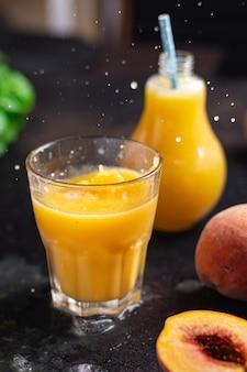 Suco pêssego frutas pêssegos bebida bebida refeição fresca lanche na mesa cópia espaço alimentos fundo