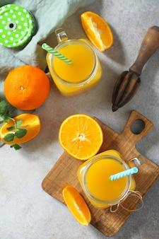 Suco refrescante feito de bebida gelada de laranja em um fundo de pedra ou ardósia