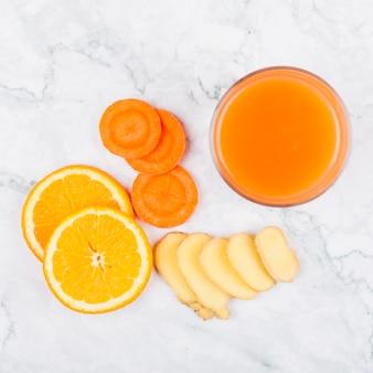Suco saudável de legumes e frutas
