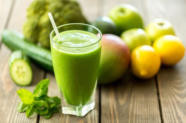 Suco saudável feito de frutas e vegetais recém-espremidos