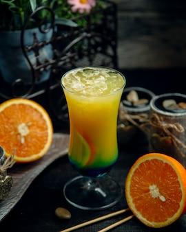 Suco tropical com gelo picado