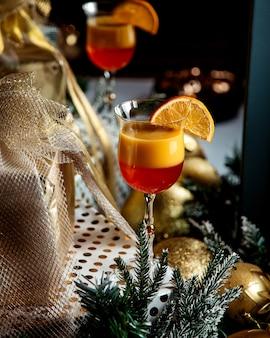 Suco tropical com uma fatia de laranja por cima