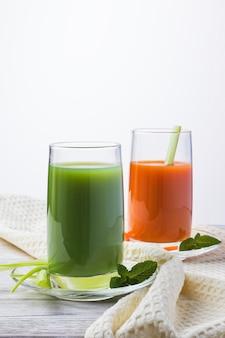 Suco verde vegan caseiro com legumes, cenoura, aipo e ervas. bebida antioxidante