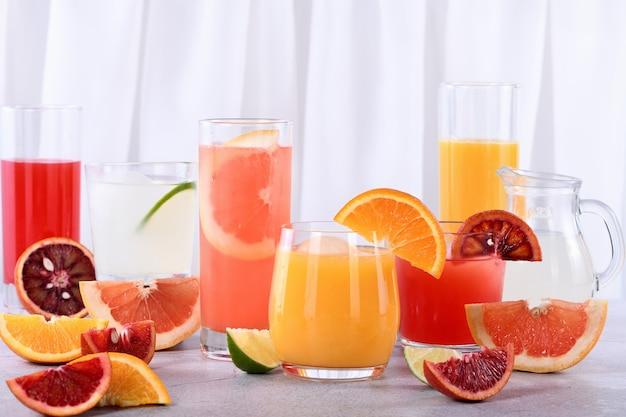 Sucos cítricos desintoxicantes e refrescantes de laranja, laranja siciliana, toranja e limão