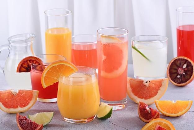 Sucos cítricos desintoxicantes e refrescantes de laranja, laranja siciliana, toranja, limão