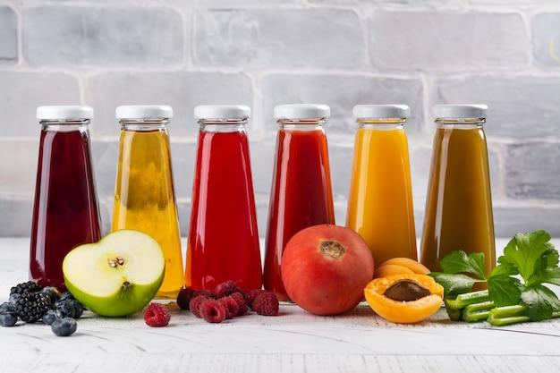 Sucos de frutas e vegetais frescos
