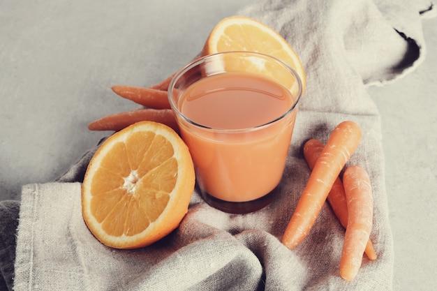 Sucos de frutas frescas e frutas
