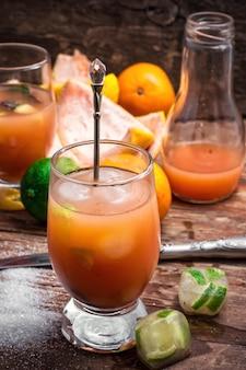 Sucos de frutas tropicais frescas