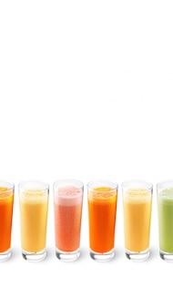 Sucos de laranja, cenoura, aipo e toranja em copos