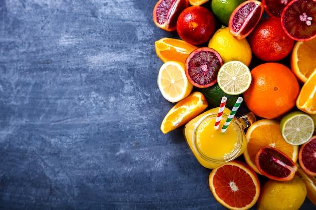 Sucos de laranja e citrus. bebida de festa de verão.