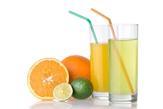 Sucos de laranja e limão com laranja e limão isolado no branco