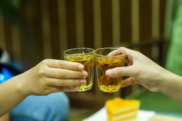 Sucos de mão e licor no licor bebendo loja de bebidas.