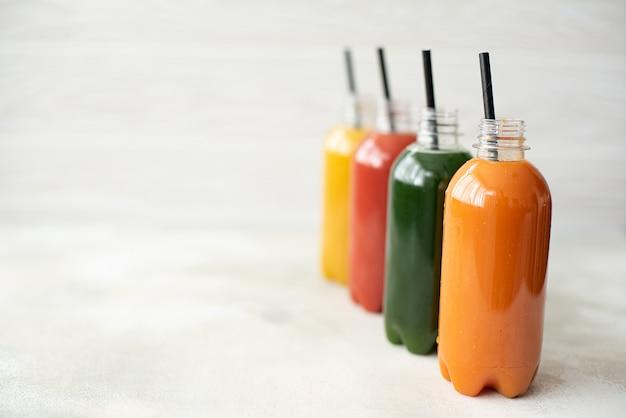 Sucos de vegetais frescos em uma pequena garrafa