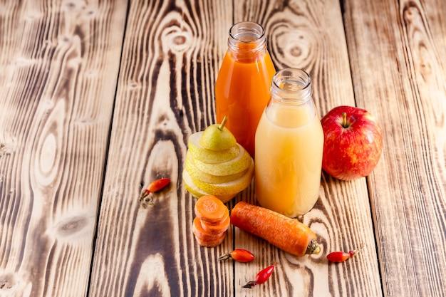 Sucos frescos de peras, maçãs, cenouras, frutos de roseira brava