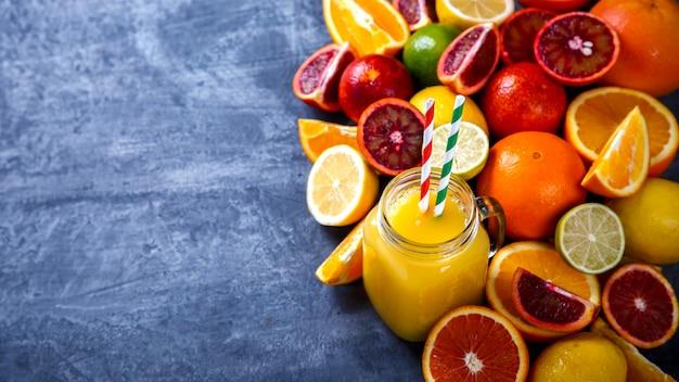 Sucos laranja fresca. verão refrescante bebida.