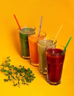 Sucos naturais de abóbora, beterraba, maçã e uma bebida de espirulina