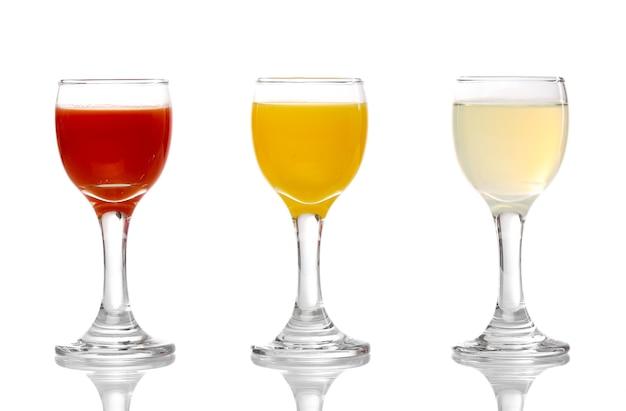 Sucos tropicais em copos isolados no branco