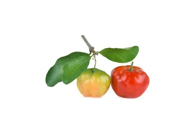 Suculenta cereja de acerola vermelha com folha verde, isolada no fundo branco.