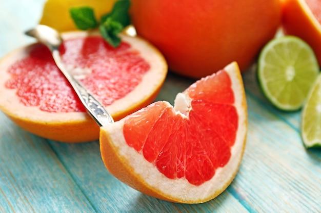 Suculenta composição de frutas cítricas na superfície de madeira, close-up