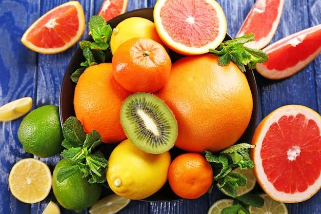 Suculenta composição de frutas tropicais em uma tigela, close-up