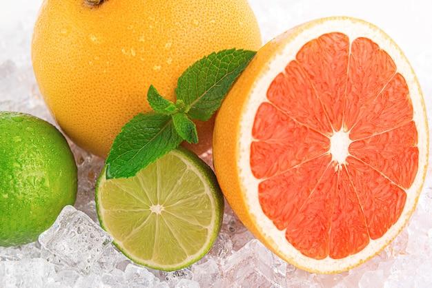 Suculenta fruta fresca no gelo. conceito de bebidas frescas no calor do verão