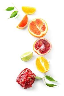 Suculenta romã com frutas cítricas em fundo branco
