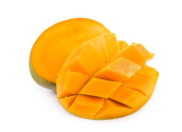 Suculentas frutas exóticas de manga isoladas em uma superfície branca