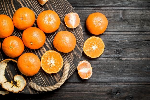 Suculentas mandarinas em uma bandeja.