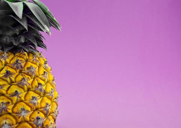 Suculento fruto tropical de verão de abacaxi contra um fundo abstrato de textura violeta violeta de viola