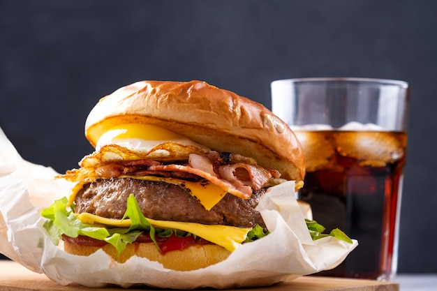 Suculento hambúrguer de carne com bebida