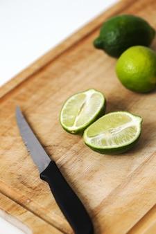Suculento limão sobre uma tábua de madeira