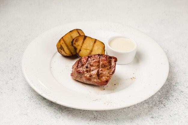 Suculento pedaço de carne frita na placa de madeira
