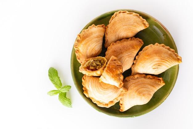 Sudeste da ásia origem comida conceito frango caseiro curry puffs